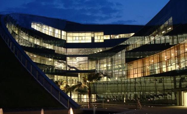南洋理工大學,英文Nanyang Technological University,縮寫為NTU,簡稱南大 ,是一所享譽國際,位列全球大學50強的高等教育學府,是國際商學院聯合會AACSB International認證的大學,為全球科技大學聯盟成員和創始校。1991年,南洋理工學院進行重組,正式將國立教育學院納入旗下,更名為南洋理工大學。校園被譽為世界最美麗的大學校園之一,它為教授提供自由教學和研究的最好環境。它是全世界最出色的工程學府之一,在納米材料、生物材料、功能性陶瓷和高分子材料等許多領域的